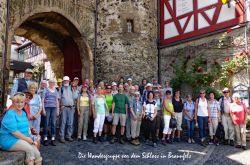 051b_Die_Wandergruppe_vor_dem_Eingangstor_zum_Schloss_Braunfels